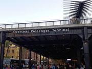 Nun stehen wir wieder am «Overseas Passenger Terminal» . . .