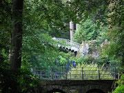 Über verschiedene Brücken gelangt man z.B. zum Schloss