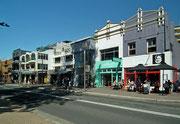 Die Hauptstraße mit sehr abwechslungsreicher Architektur . . .