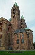 Die Osttürme an der Hinter(Ost)seite sind etwas über 71 Meter hoch . . .