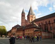 Der Mainzer Dom St. Martin wurde in den Baustilen Romatik, Neoromantik, Gotik und Barock gebaut