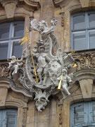 Nicht weniger eindrucksvoll die mehrere Meter hohen Fassaden-Verzierungen