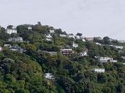 An perfekter Hügellage die tollen Villen mit Hafen- und Meersicht