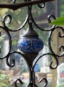 Hübsche Lampe im Ziergitter