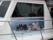 """Mit dem Motorschiff gelangt man zur Klosterinsel """"Jungfrau auf dem Fels»"""