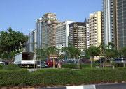 . . . das ebenso sehr von gigantischen Hochhäusern dominiert wird . . .