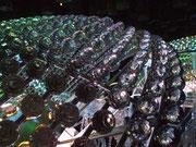 Der grösste «Perlenring der Welt» (Ø ca.1 m) bestehend aus hunderten von geschliffenen Kristallkugeln