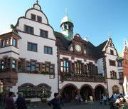 . . . mit blumengeschmückten Fenstern, Glockenturm und grosser Uhr