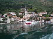 Blick auf des hübsche Perast mit viel mediterranem Flair