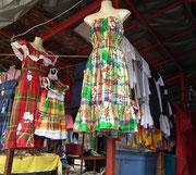 Karibik pur widerspiegelt sich auf Dominica in den Kleidern . . .