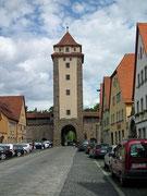 Nochmals ein Stadteingangstor mit links und rechts anschliessender Stadtmauer