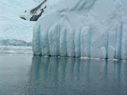 Das Schmelzwasser auf den Eisbergen bildet solche Rillen