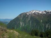 . . . und auf die umliegenden Berge