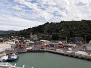 Blick vom Schiffs-Oberdeck auf des kleine Städtchen Port Chalmers . . .