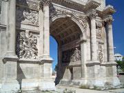 Der Grosse Torbogen am Porte d'Aix . . .