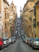 Die Altstadt von Valletta ist etwas erhöht und die schmalen Strassen führen . . .