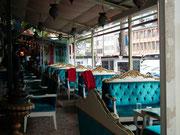 Schrill und «süss» wie die türkische Patisserie: Das hübsche Café in Blau. . .