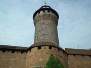 Der Rundturm als Teil der Stadtmauer und der Kaiserburg hoch über der Stadt