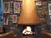 bietet sogar ein wunderschönes Granitstein-Cheminée (mit künstlichem Feuer!)