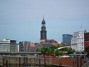 Der markante Turm der Kirche St. Michael