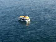 Kaum sind wir wieder an Bord holt der Tender die letzten Ausflügler bei Sonnenschein