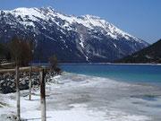 Mitte April reichte der Schnee noch bis an Ufer des Achensee