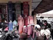 Ein Angebot von traditionellen Kleidern in hübscher Machart