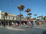 Die kleine Fussgängerzone mit beidseitigen Geschäften . . .