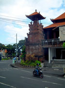 An Weggabelungen immer wieder hinduistische Tempeltürme