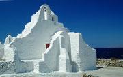 Kreative Kirche mit einer alten Mauer «verschmolzen»