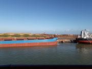 Liegeplätze für Frachtschiffe, die auf Eisenerz-Ladungen warten
