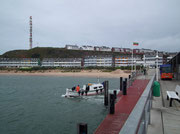 Vom Hafen (Boote zur Düne) sieht man die «Skyline» der Pensionen auf dem Mittelland
