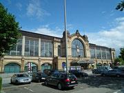 Schöne Glasfenster am Bahnhofsgebäude