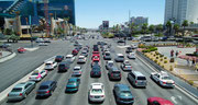 Der Boulevard von Las Vegas: 14-spurig und rund um die Uhr Auto an Auto