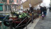 Der Gemüse- und Obsthändler weiss sich zu helfen . . .