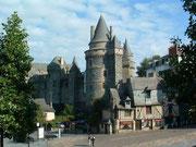 Blick von der Unterstadt auf das Château du Vitré