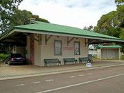 Das ehemalige Bahnhofsgebäude (mit dunkelblauem Jaguar X-Type😉) . . .