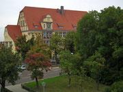 . . . auf das wunderschöne Schulhaus