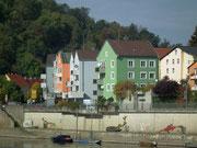 Gegenüberliegendes Ufer mit bunter Häuserfront