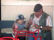 Grossvater und (Ur)Enkel geniessen gemeinsam