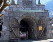 und die Geschichte der Tiroler Steinöl-Brenner. Heute wird noch in kleinen Menge abgebaut