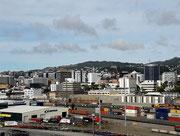 Blick vom Oberdeck über den Hafen hinweg Richtung Stadt
