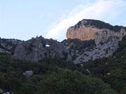 ...oder auf das Felsloch oberhalb der Bergstrasse nach Dorgali