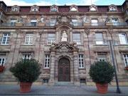 Der Haupteingang zum Ratshaus an der Maximilian-Strasse . . .