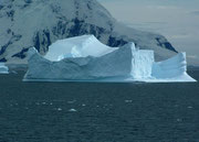 Mit dem Zodiac gehts noch näher ran an die Eisberge