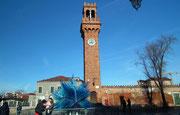 Der San Giacomo-Turm im Kontrast zur modernen Glas-Skulptur