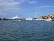 und den passenden Kleinbooten der zahlungskräftigen Besucher