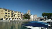 Blick vom kleinen Bootshafen . . .
