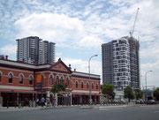Klassischer Baustil mit englischen Einflüssen im Kontrast mit modernen Hochhäusern