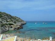 Die kleine Bucht und Strand von San Vicenc . . .